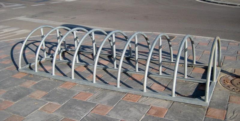 Aparcar tu bicicleta en un aparca-bici semicircular
