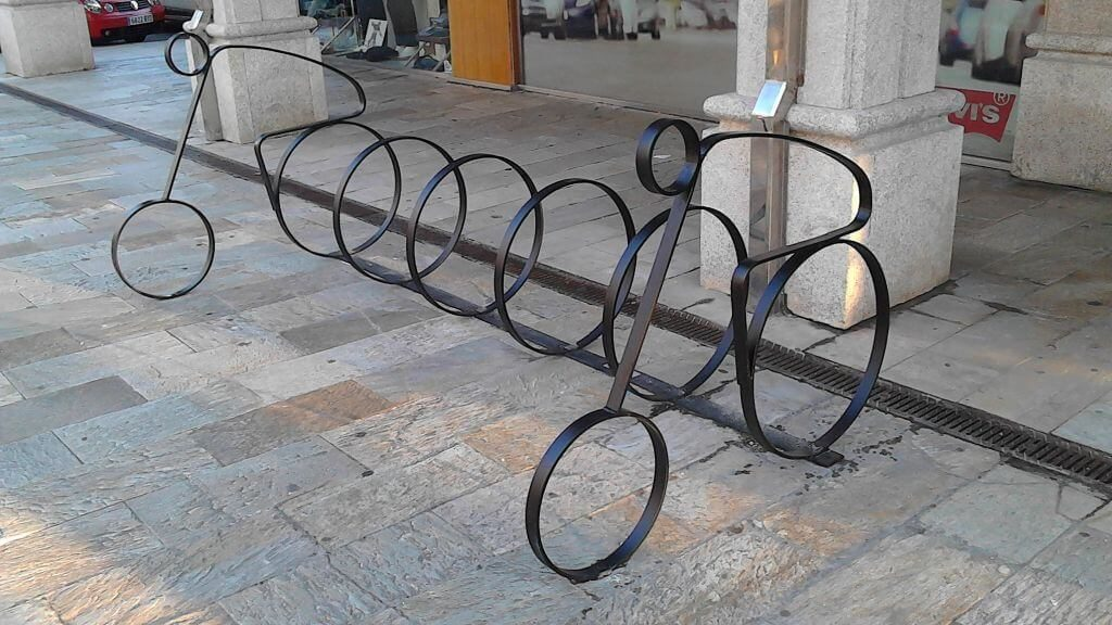 Aparcar tu bicicleta en un aparca-bici muelle modernista