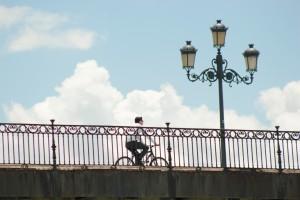 Un ciclista pasea por Sevilla.