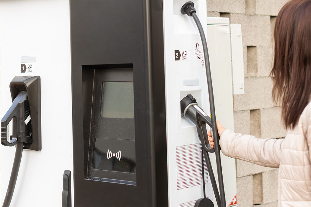 mujer usando electrolinera