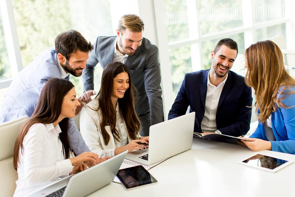 empleados felices y saludables en empresa saludable