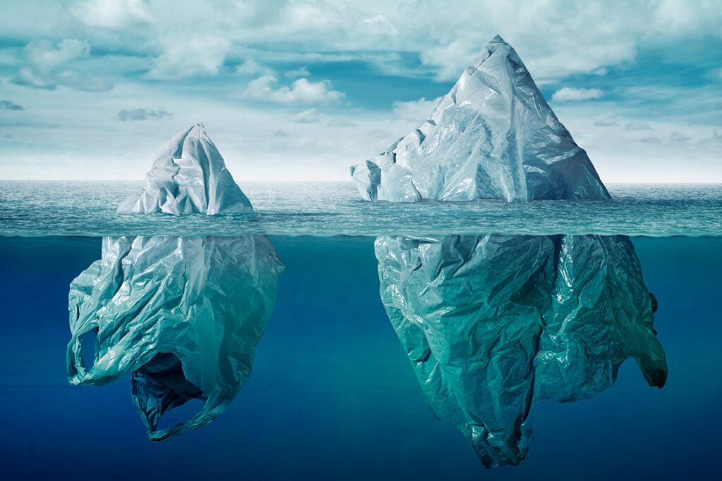 Dos bolsas de plástico simulan ser unos icebergs.