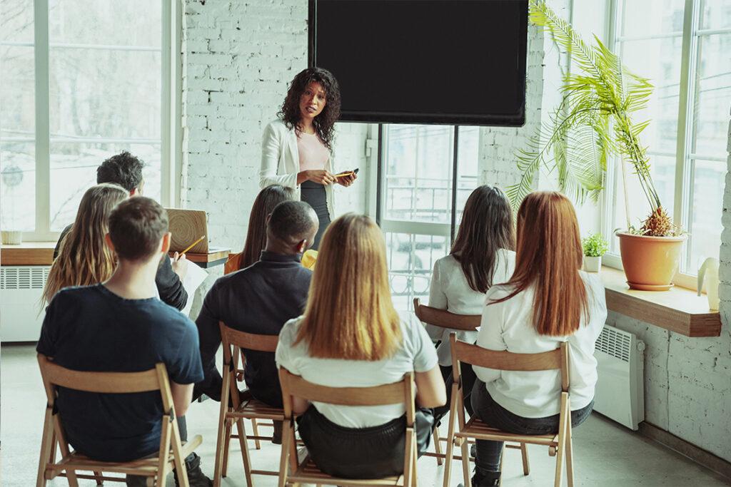 Empleados de un departamento se reúnen para afianzar la cultura corporativa