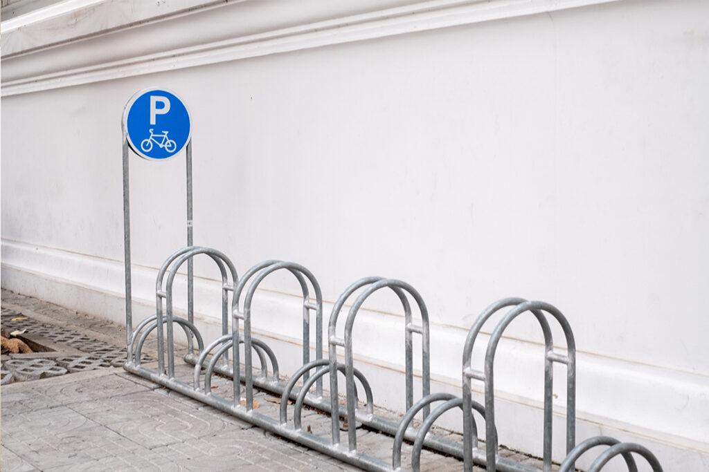 Aparcamiento para bicis y bicis eléctricas que fomenta la movilidad sostenible