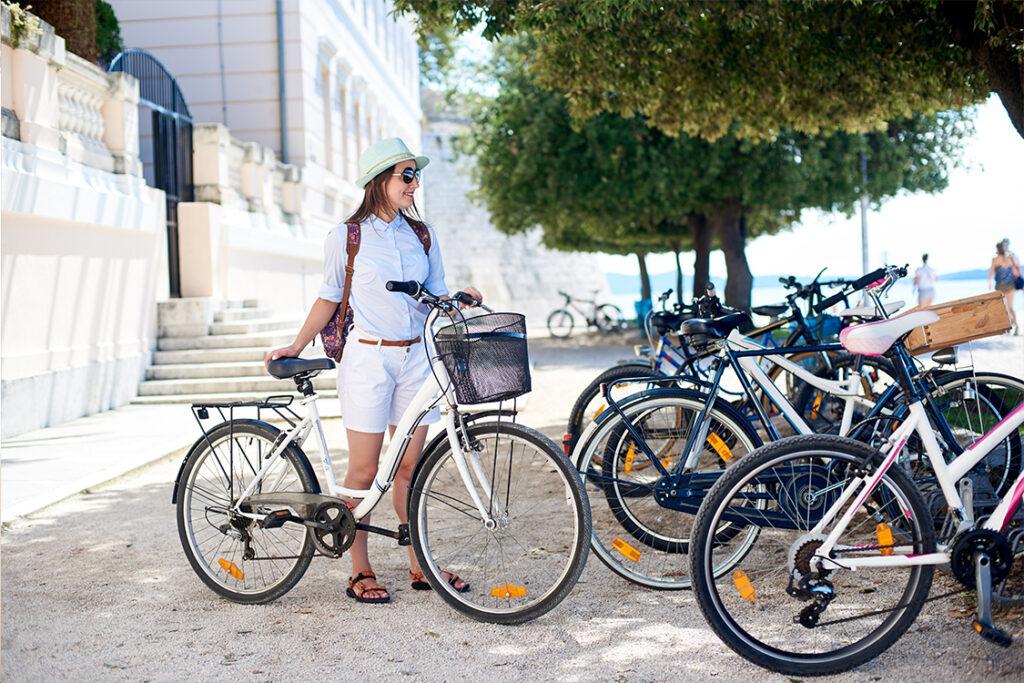 Mujer aparca su bici en bicicletero público