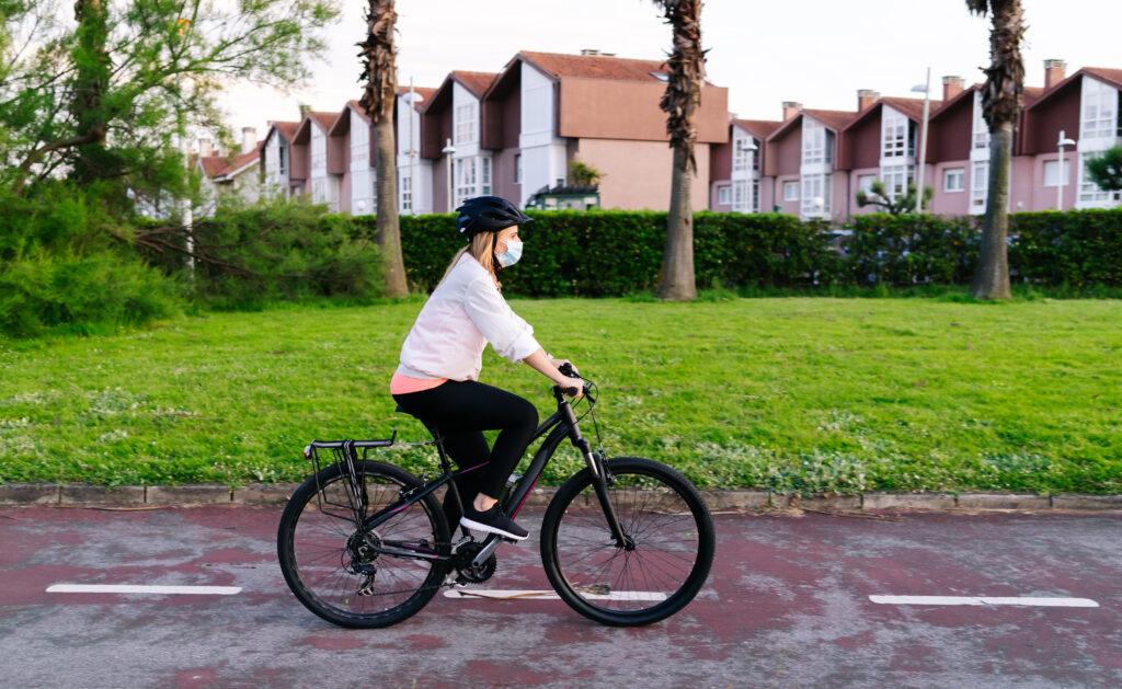 Mujer en bici moviéndose de forma sostenible IMSCE